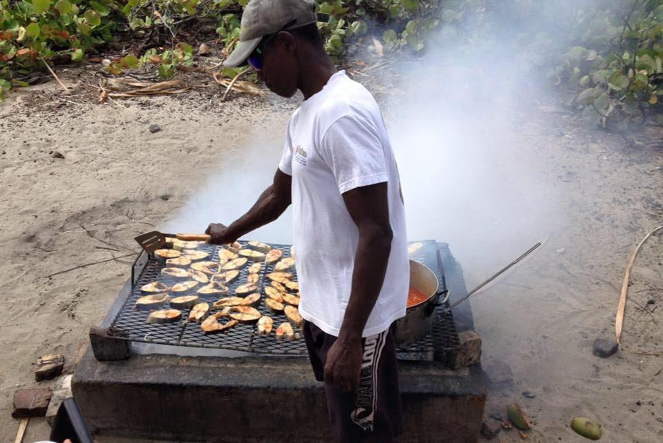 Excursion en catamaran à Petite-Terre : Pause déjeuner avec Michel et ses dorades au grill