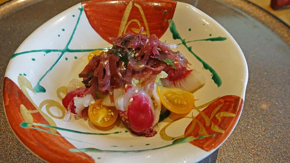 Homard des Îles Chausey mi-cuit et poisson fumé, hakusai et concombre, tomates cerises marinées, vinaigrette de betterave et prune séchée