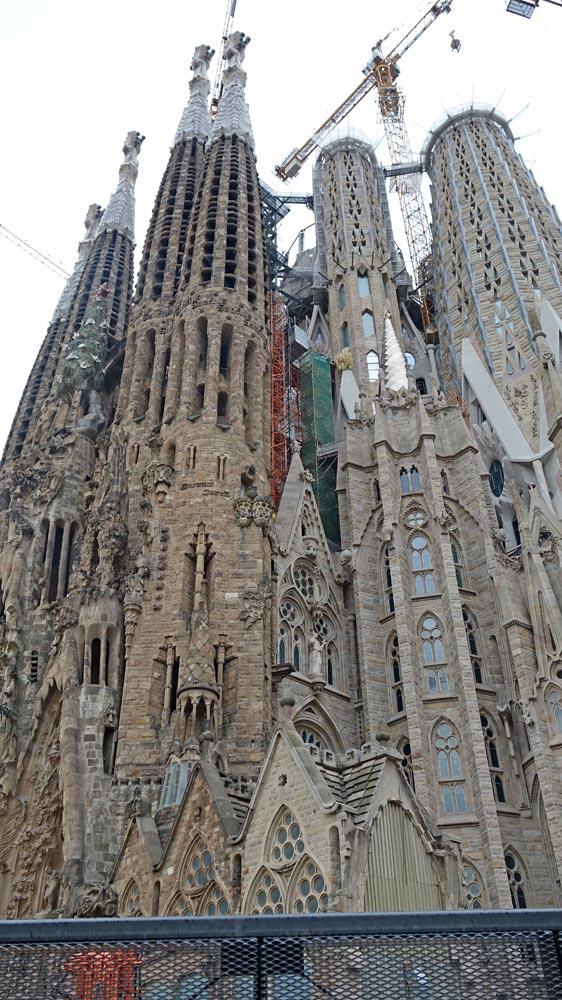 Sagrada Familia vue de derrière (vers l'entrée)