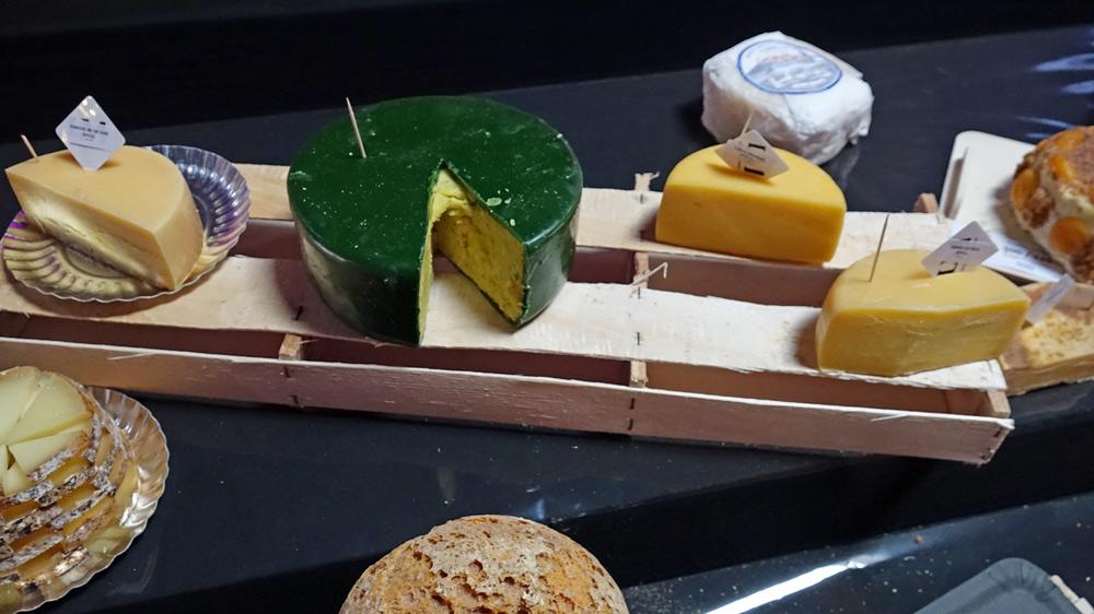 """Quelques-uns des fromages proposés ... dont ce fromage """"Martien"""" à la croûte verte !"""