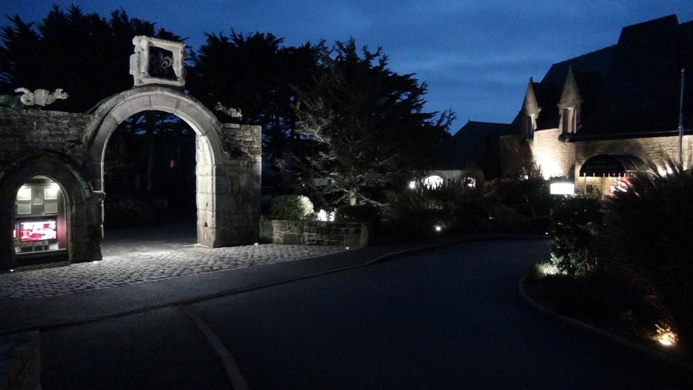 """L'entrée du """"Domaine"""" vue de nuit"""