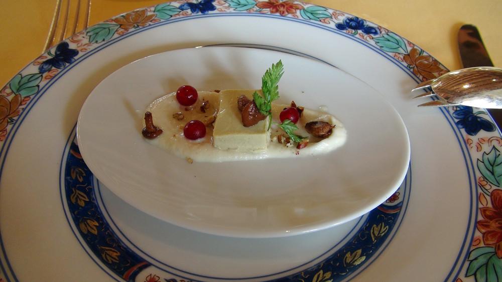 Fondant de foie gras, mousseline de navet et petites girolles à l'huile de noix
