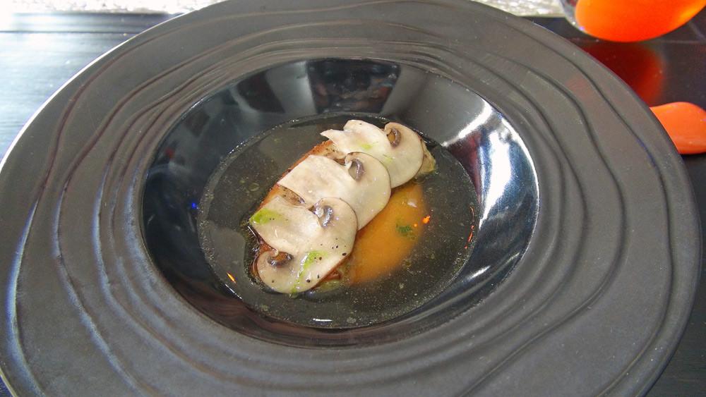 Foie gras poêlé et patate douce, bouillon de champignons