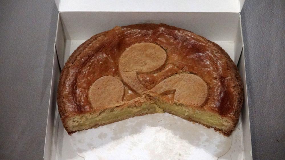 """L'intérieur du gâteau basque à la crème JF Maïtia avec son emblématique """"Lauburu"""""""