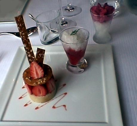 Mousse cassis (du jardin) sur un granité au Gaillac et un croustillant à la fraise, sa crème à l'eau de fleur d'oranger et son granité à l'aneth