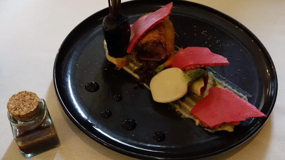 Magret de canard fumé au bois de cerisier, fruits rouges - cacao, un conchiglioni, jus au Porto