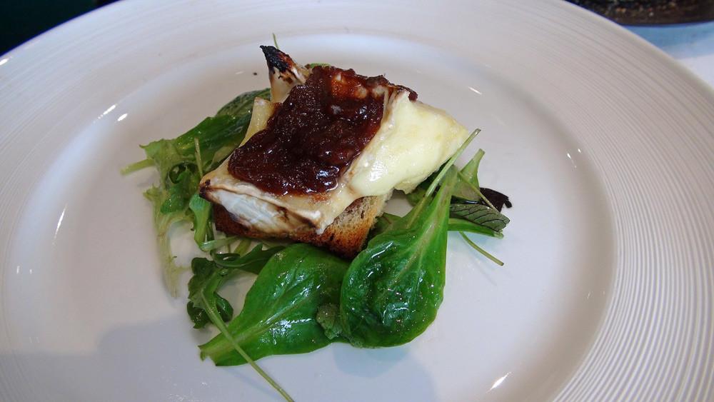 Le Brie rôti à la rhubarbe