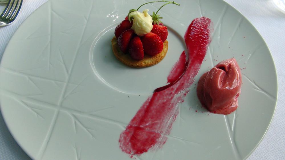 Sablé breton, fraises mara des bois, ganache chocolat blanc et sorbet fraise