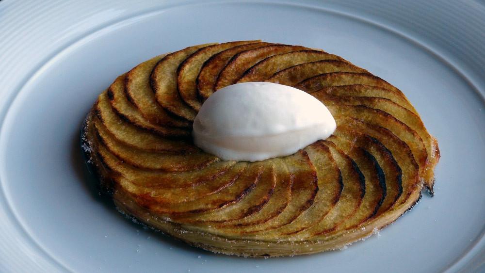 Tarte fine aux pommes Granny Simth caramélisées au fer, sorbet au fromage blanc