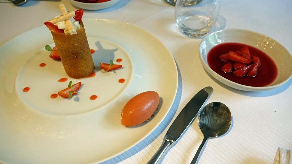 FraisesGariguettedePlougastel, crème légère faisselle de chèvre vanillée, gaufrette craquante, soupe de fraises au vin rouge légèrement épicée, sorbetfraisesbalsamiqueblanc