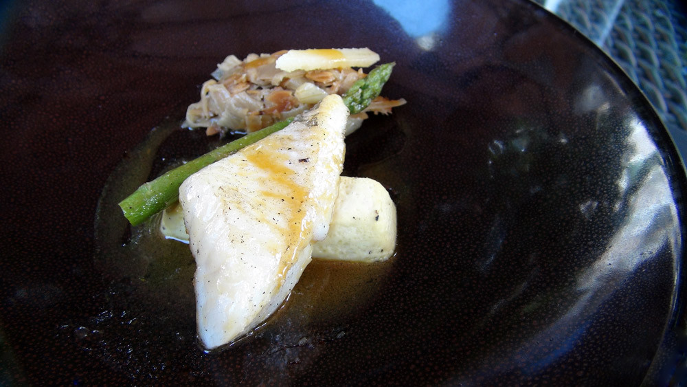 Saint-Pierre rôti, amandotto, asperge verte et vinaigrette à l'orange amère