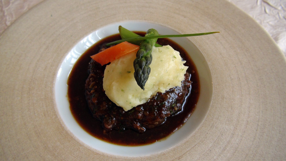 Agneau à la cuillère confit aux herbes potagères, jus aux aromates