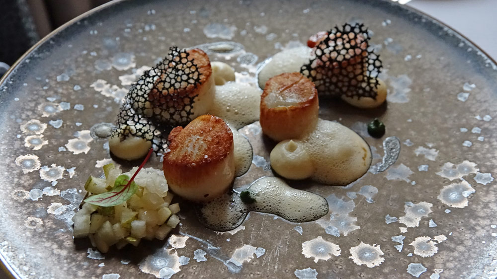 Coquilles Saint Jacques des côtes Bretonnes juste saisies | mousseline de céleri rave | poire | chorizo et cresson | jus de bardes