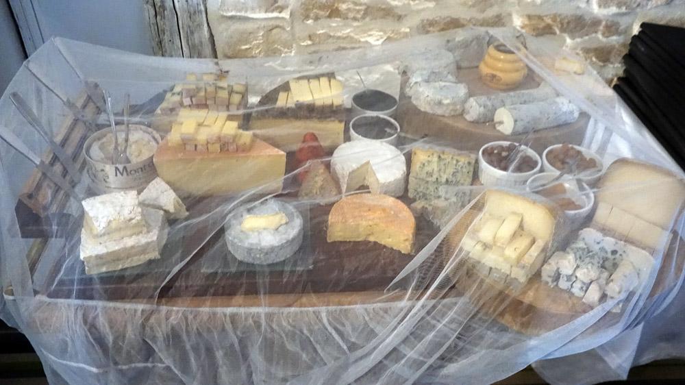 Le chariot de fromages en attente, est bien protégé !