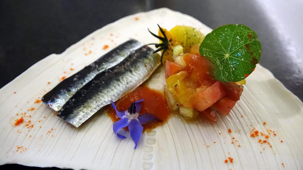 Quelques sardines crues marinées et tomates