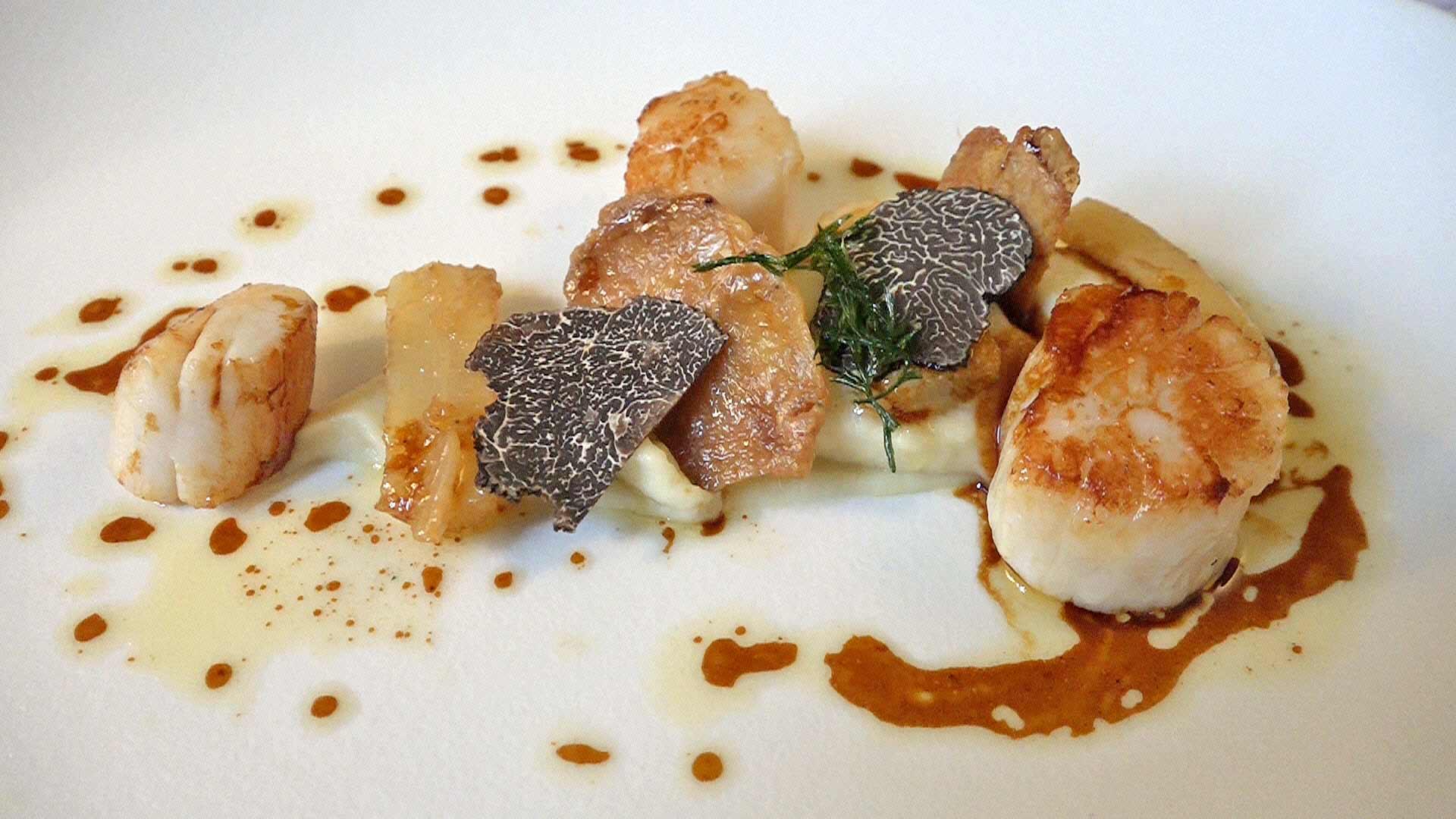Saint-Jacques justes snackées à la plancha, mousseline de panais et salsifis, jus gras de poulet rôti et truffe noire