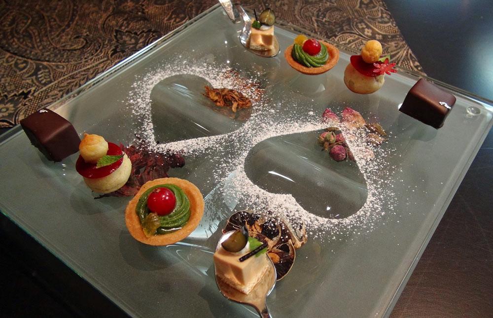 Mignardises : Mousse de thé - Tartelette de thé vert - Chou à la crème/framboise - Chocolat
