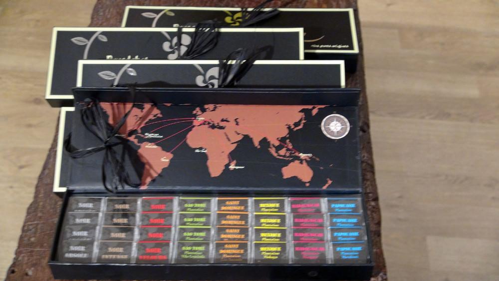 Echantillonnage de petites tablettes de chocolat (dommage que la photo soit floue !)