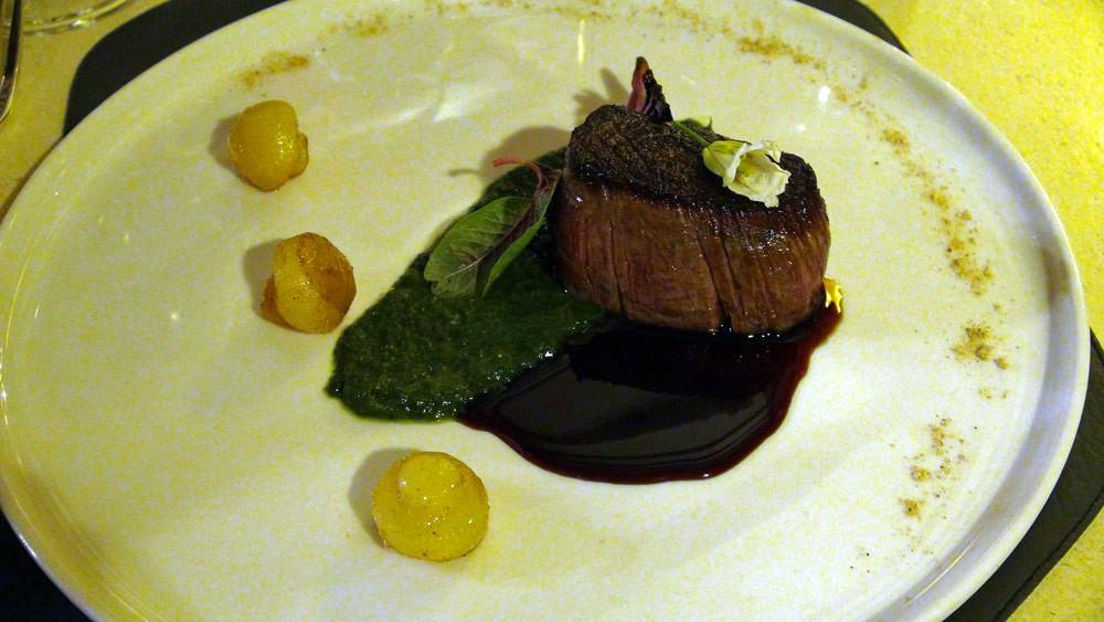 Filet de bœuf de Touraine, fumé au foin, condiment épinards Vadouvan, oignon rouge, poivre de java (Christophe Hay)