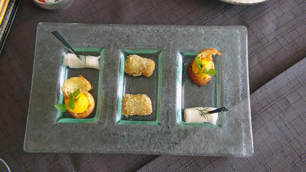 Amuse-bouche : Chou garni à la carotte, Roulé de radis noir et rillettes de maquereau fumé et Cromesquis à la sardine