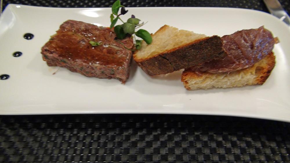 Terrine de joue de bœuf confite marbrée aux légumes, compotée d'oignons rouges