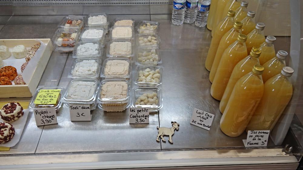 Fromages en vente et jus de fruits