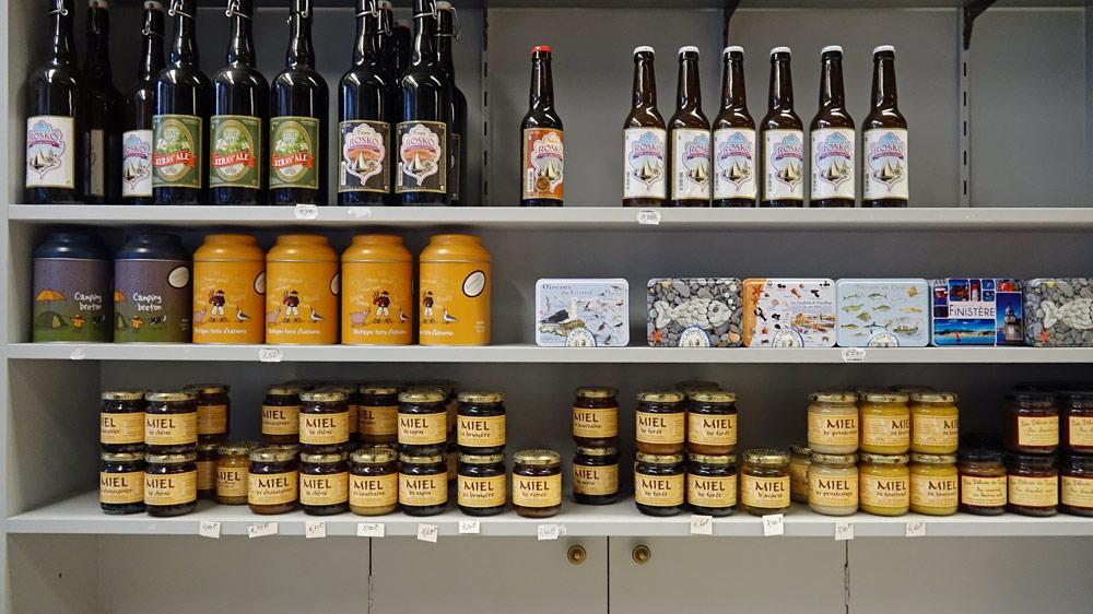 Autres produits breton en vente, dont les miels de la Mieillerie de la Côte des Légendes