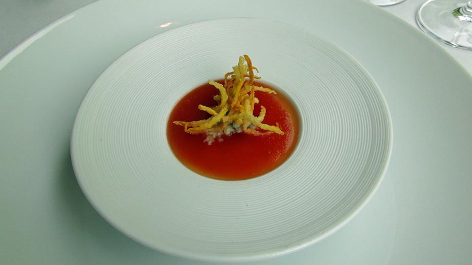 Bavarois de courgette jaune, coulis de tomate, chair de d'araignée et friture de courgette jaune