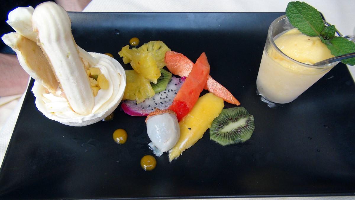 La coque meringuée, crème légère, fruits frais exotiques, sorbet maison retour des îles