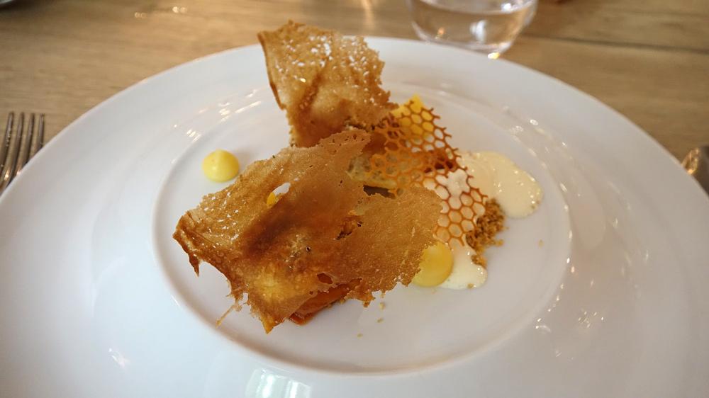Abricot  rôti au miel et amaretto, crumble romarin, gavotte et glace au lait concentré