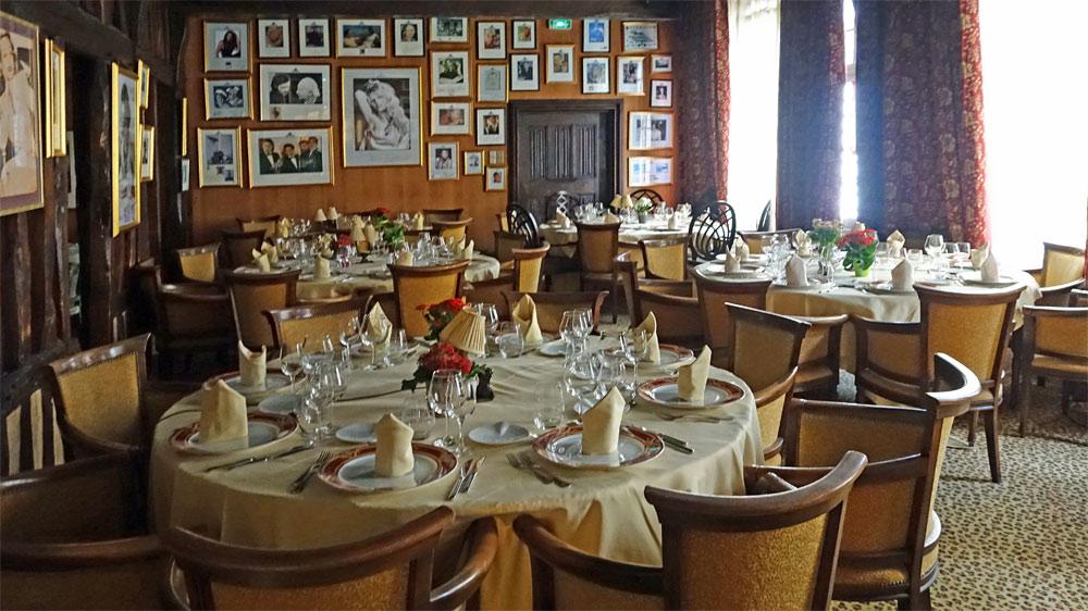 Une des salles du 1er étage décorée avec des photos de personnalités