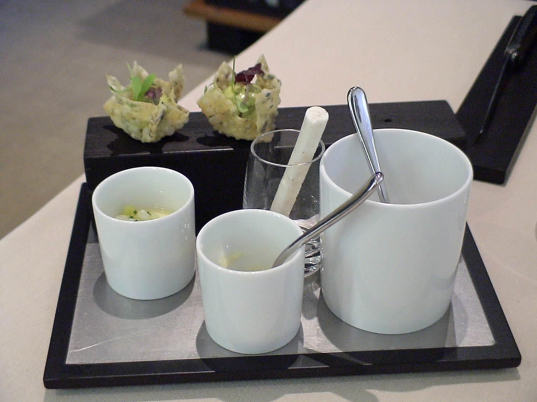 Les patiences : Meringue à la crevette - Flan de langoustine, encornet et asperge - Oreillette aux algues, tourteau et guacamole