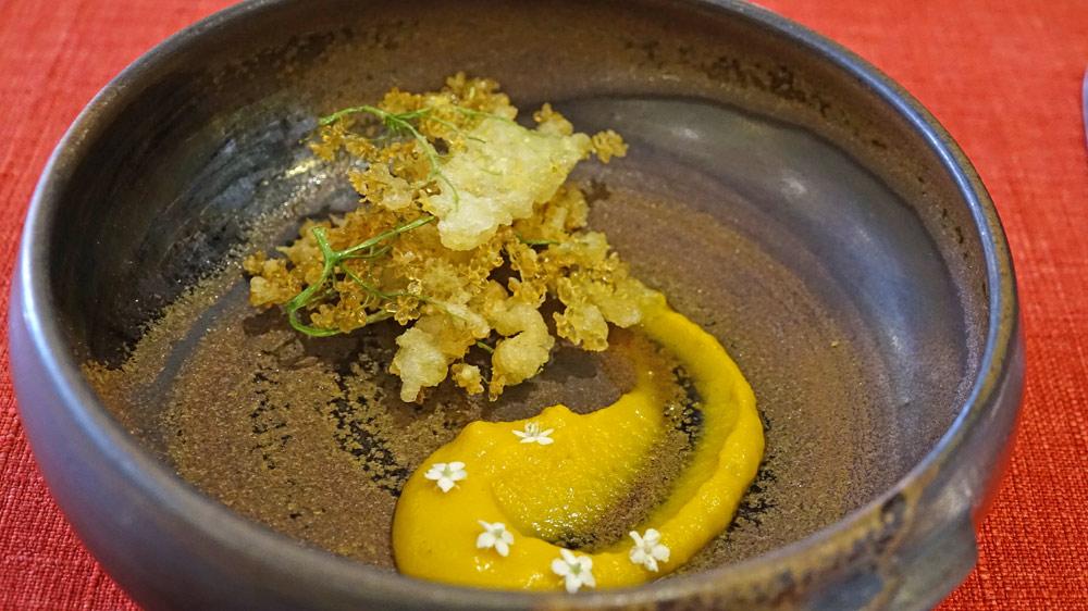 Crème de carotte et fleurs de sureau en tempura