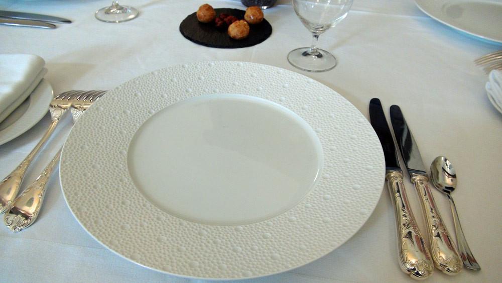"""La mise de table (assiette Bernardau """"Écume"""" et couverts Christofle)"""