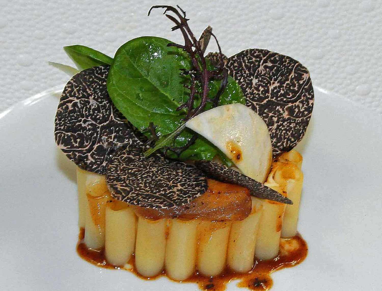 Macaronis fourrés de foie gras et truffes noires, champignons de cave au vin du Jura, gratinés au Comté - Crédit photo : site du Gindreau