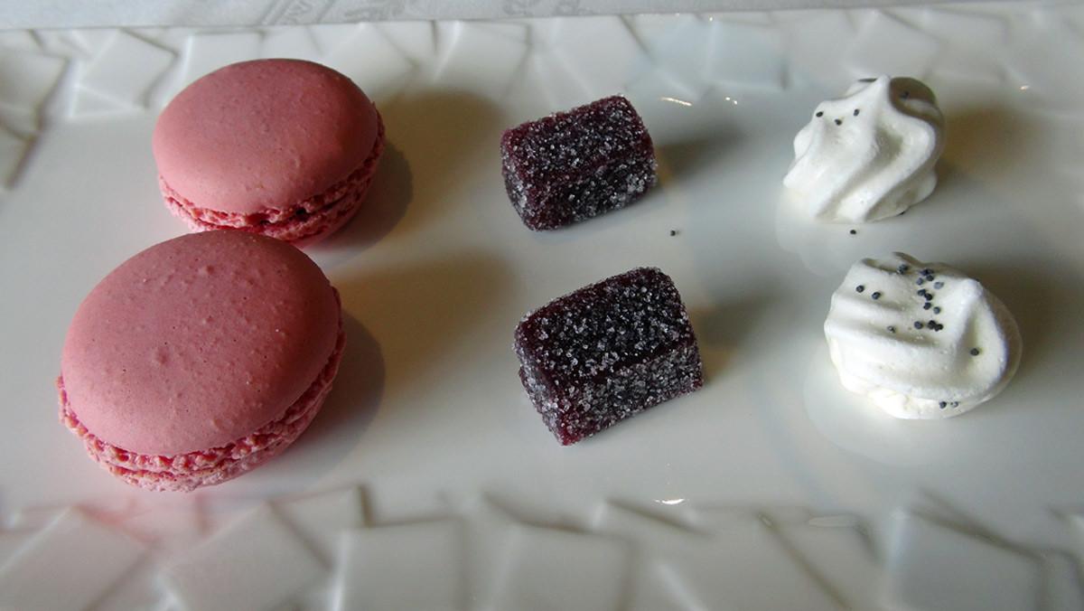 Mignardises : Macaron framboise, Pâte de fruits cassis & Meringue à la bergamote