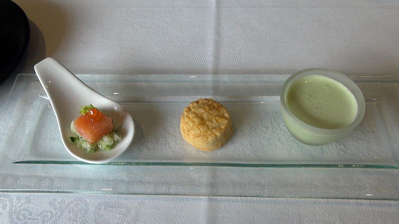 Amuse-bouche : Soupe de petits pois à la menthe, Sablé au parmesan et Semoule de chou-fleur, saumon fumé mariné au citron et œufs de saumon