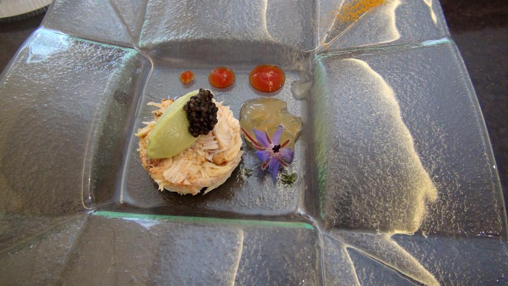 Amuse-bouche : araignée décortiquée, mousse d'avocat & caviar de France