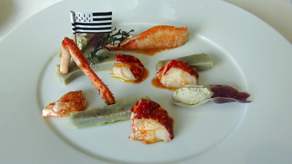 Assiette de homard breton, bien sûr, le petit drapeau est làpour le rappeler !