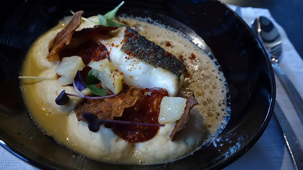Cœur de ris de veau poêlé, fine purée de céleri rave, raviole de morilles au vin jaune, jus de veau infusé à l'amande
