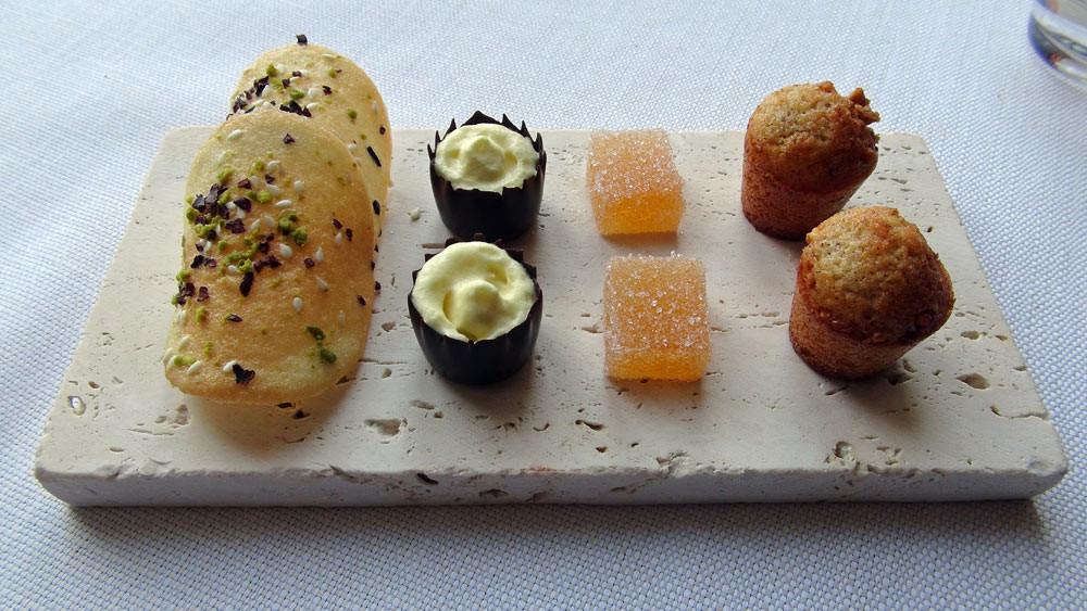 Mignardises : Financier à la noisette - Pâte de coing - Panier chocolat noir, mousse fruit de la passion - Tuile cacao/pistache, graines de sésame
