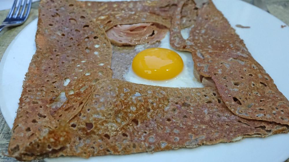 Galette œuf et andouille de Guémené