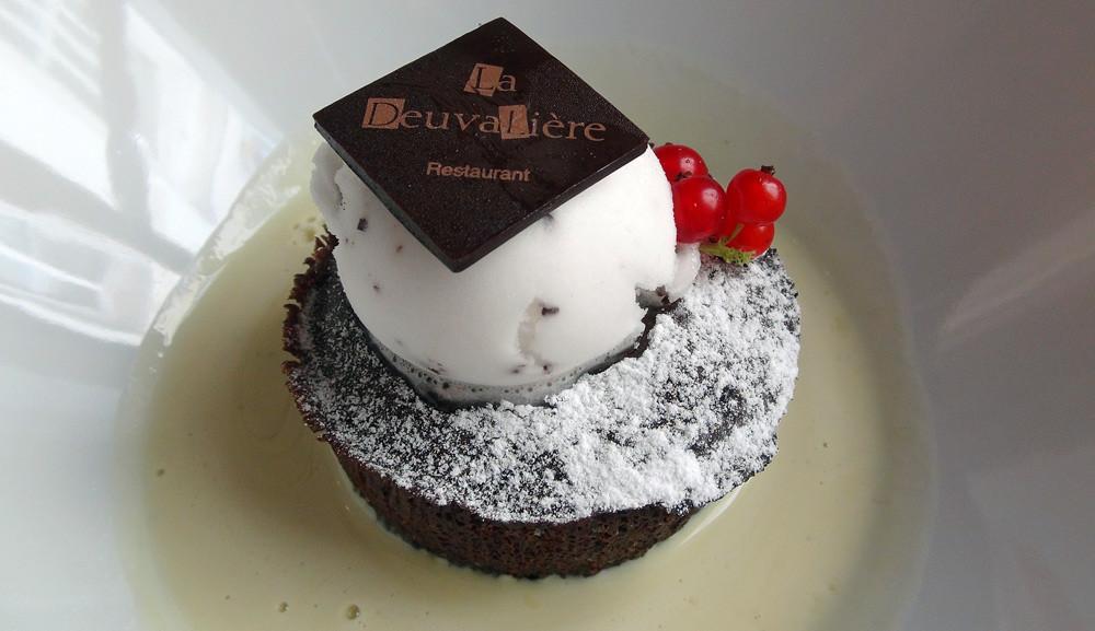 Moelleux tiède au chocolat noir et sa crème anglaise infusée à la menthe, sorbet menthe-chocolat