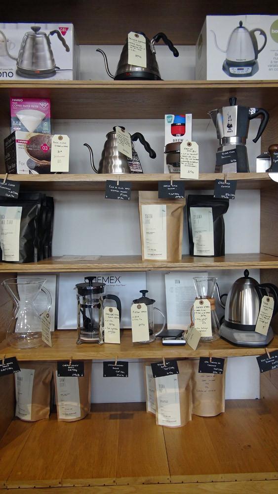 Produits et cafés disponibles, dont la bouilloire ...