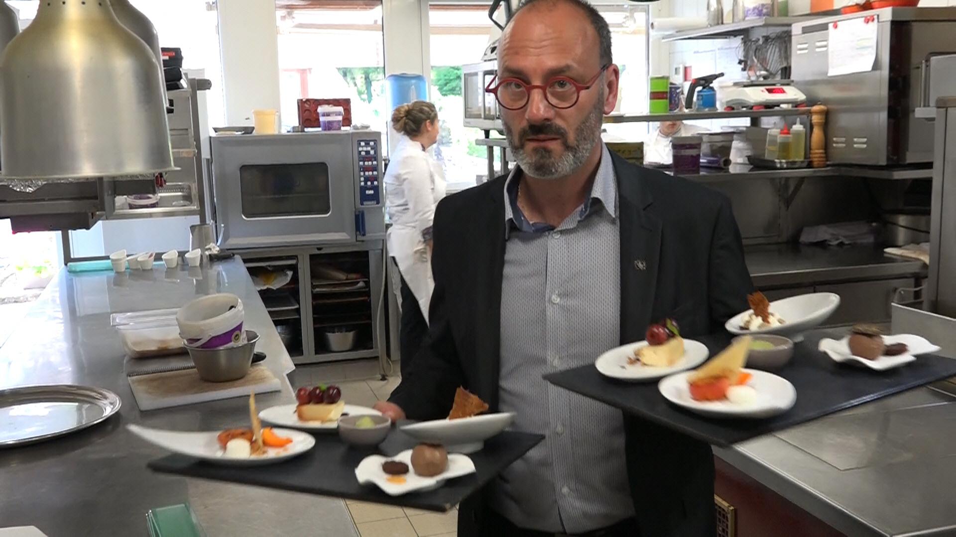 Gilles Héliez au service des desserts