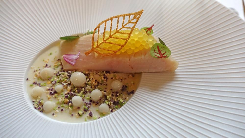 Truite du Cézallier Ikejime, velours coloré de choux-fleurs, caviar de Neuvic, sauce mousseline Meunière