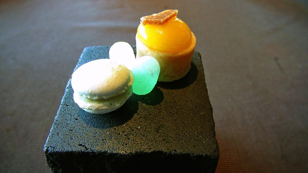 Macaron au thé matcha - Billes digestives à l'eau de vie de prune et verveine du Velay - Tartelette aux fruits exotiques