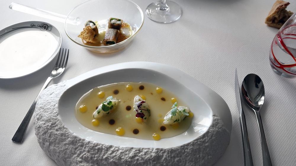 Langoustine en deux façons, en tartare et rôtie, jus des têtes et bisque, agrumes et citron confit