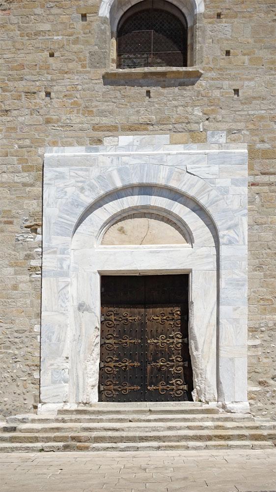 Entourage d'une porte en marbre blanc veiné de bleu