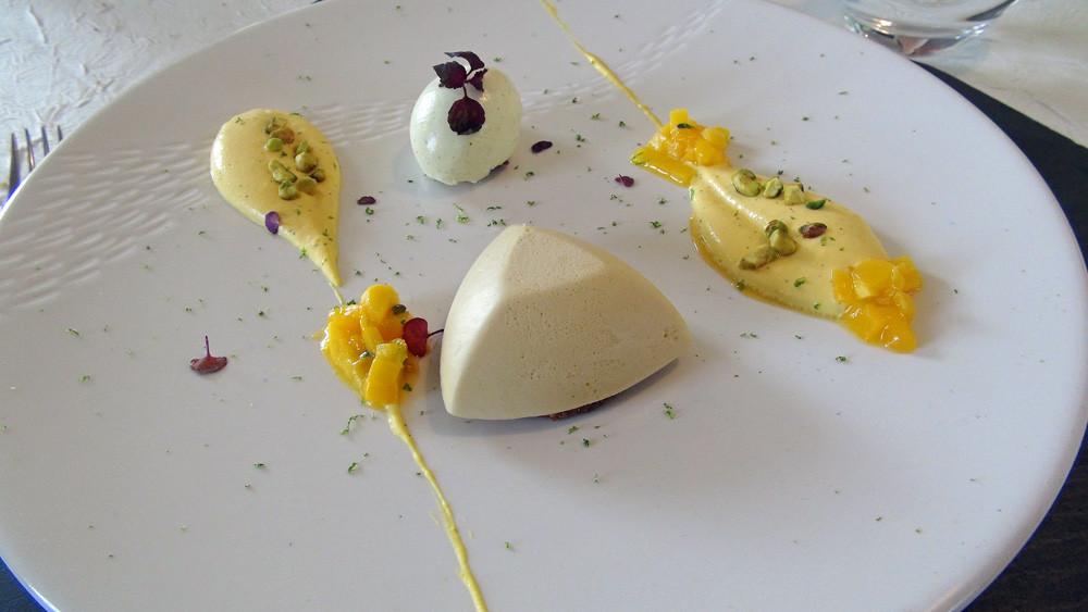 """Le """"Dulcey"""" Valrhona, huile d'olive, coulis de mangue & glace curry"""